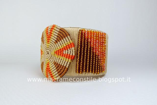 bracciale arancione di lato