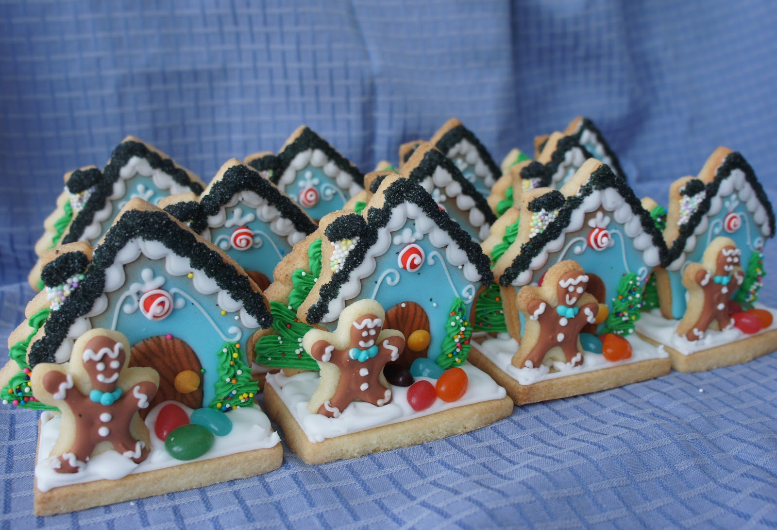 Mini 3d Decorated Holiday Cookie Scene With Gingerbread Man