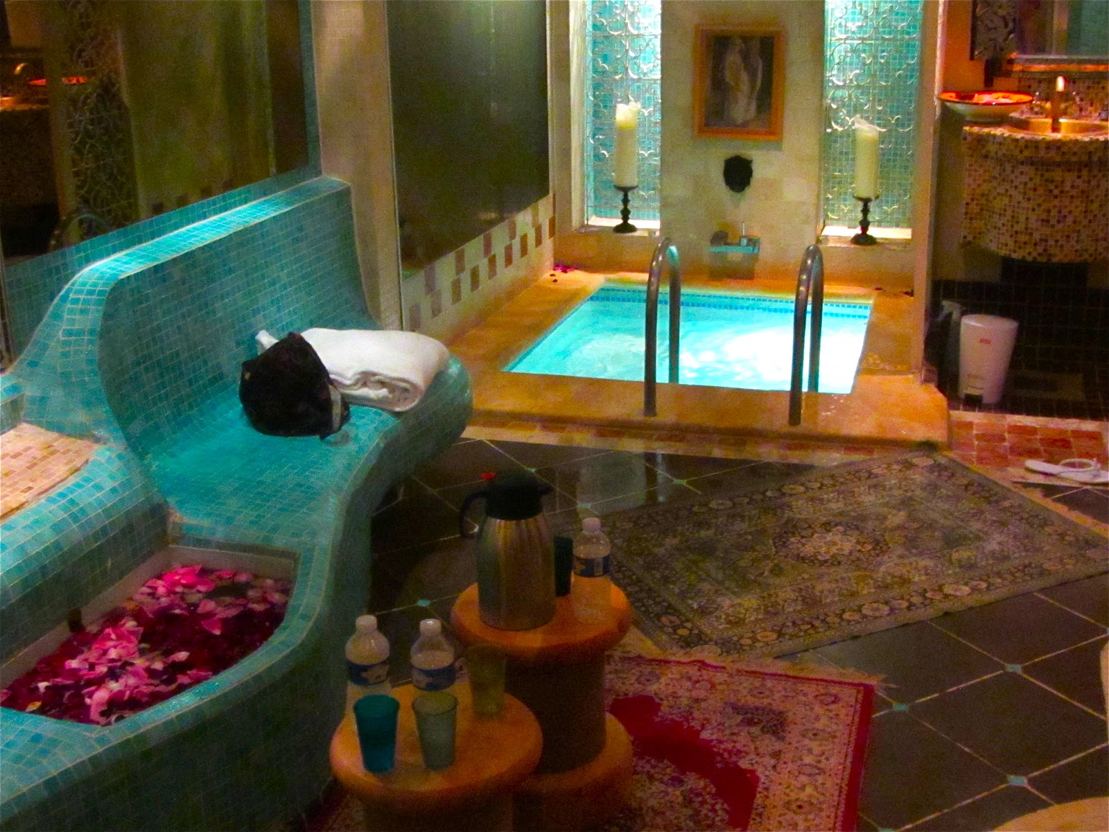 sens et le dire aux bains montorgueil heureux comme un 55 rue de montorgueil dans l 39 eau. Black Bedroom Furniture Sets. Home Design Ideas