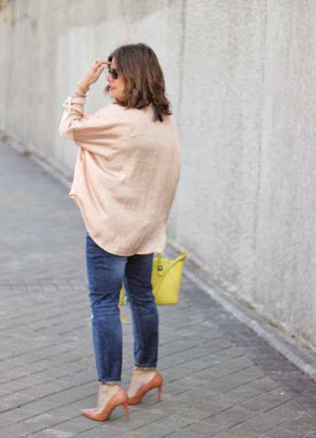 photo-look-street_style-ripped-jeans_nude-shirt_yellow-bag