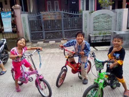 Akhirnya Fathir berhasil juga! Pulang mengaji dan belum berganti baju langsung semangat main sepeda!