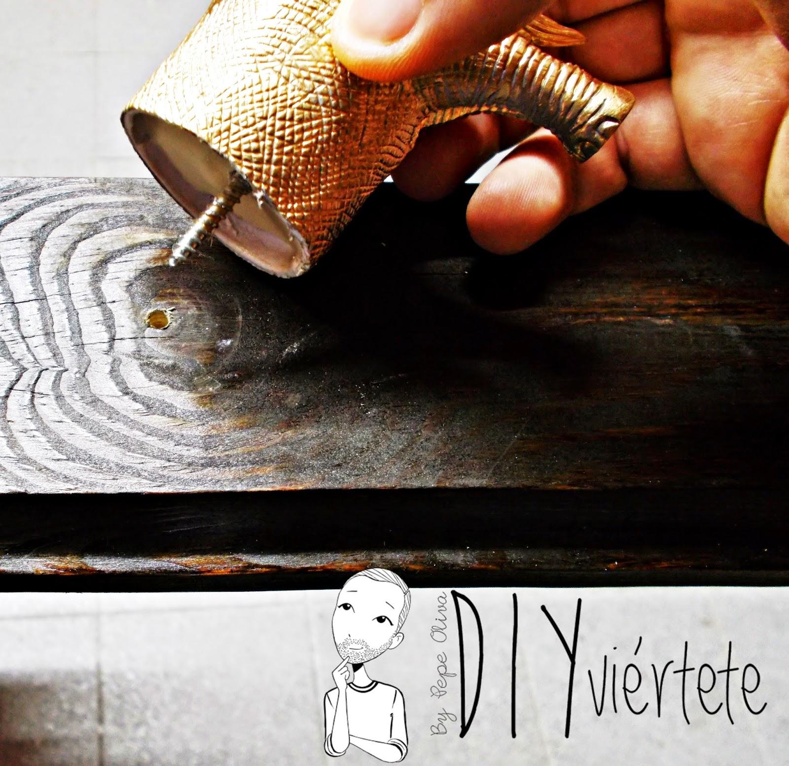 DIY-perchero-reciclaje-animales de plástico-juguetes-spray dorado-8