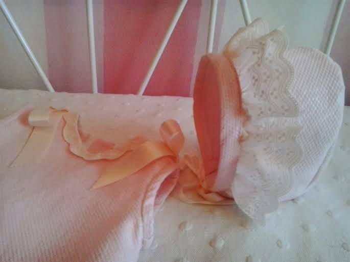 vestido y capota en rosa y puntillas en crudo