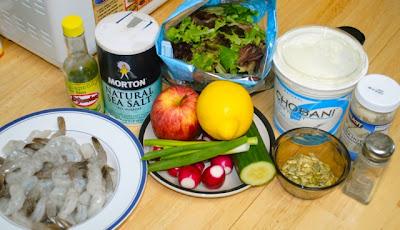 Салат с креветками, огурцами и яблоками