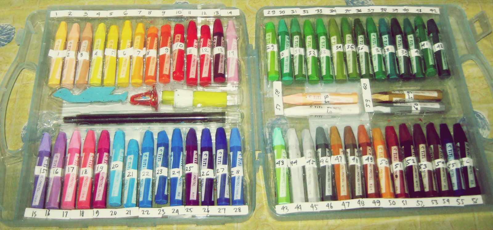 3a tempelkan pula angka yang sama pada bagian atas tempat masing masing batang crayon dimulai dari pinggir kiri juga