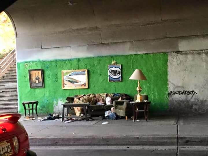 رجل بلا مأوى يسكن في وسط مدينة لوس انجليس