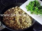 Clatite brasovene cu ciuperci si carne preparare reteta umplutura - adaugam mararul tocat