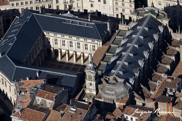 Vue aerienne de l'eglise Notre Dame et du cloitre Saint Dominique à Bordeaux