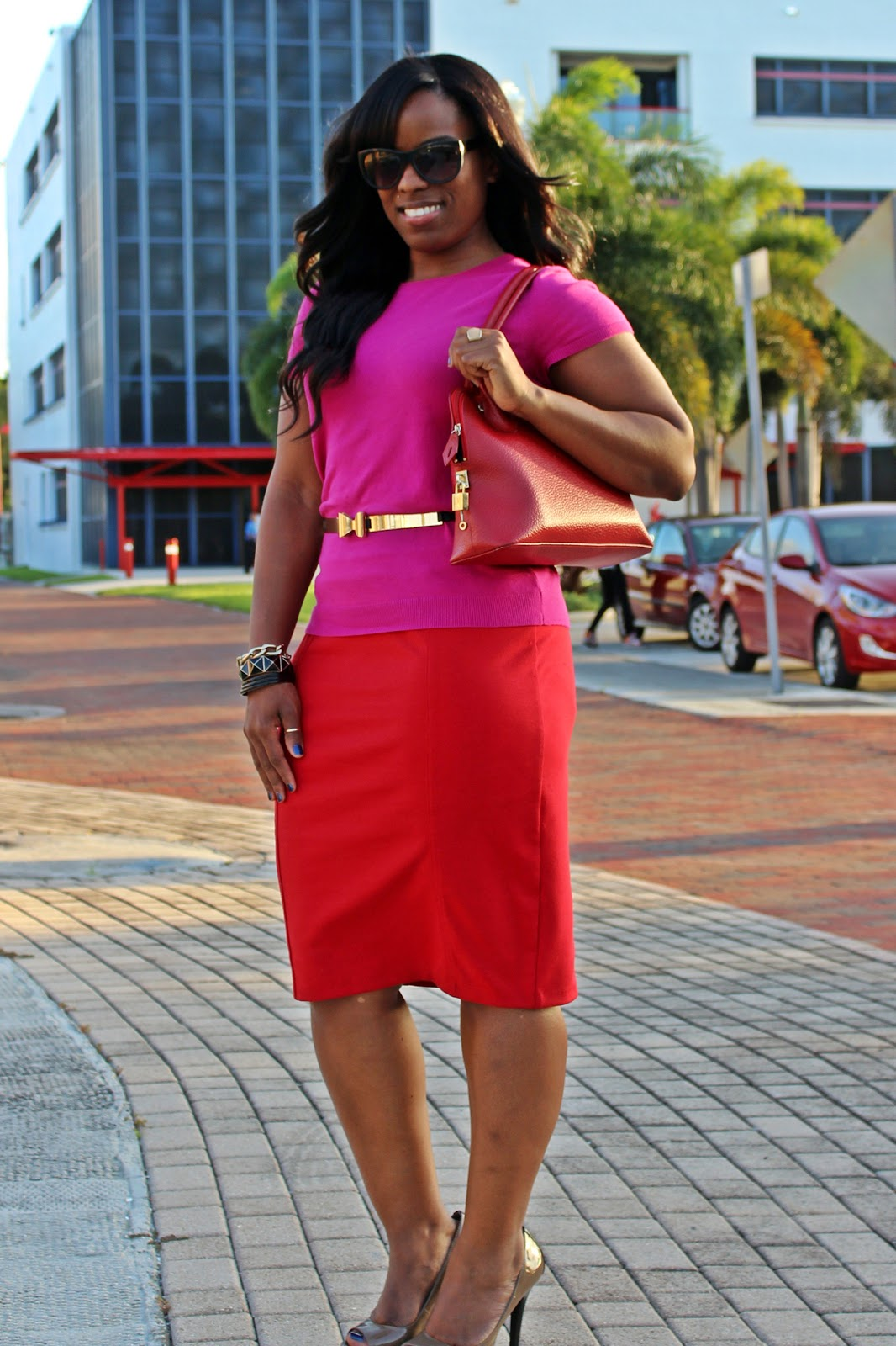 http://1.bp.blogspot.com/-5gjNWlgutGo/UH7MdAD24eI/AAAAAAAADYc/6D7Bpr0y-qQ/s1600/Red+and+pink+color+blocking,+gold+metal+bow+belt,+pink+short+sleeve+sweater,+red+knit+pencil+skirt,+dark+khaki+Jessica+simpson+shoes.JPG