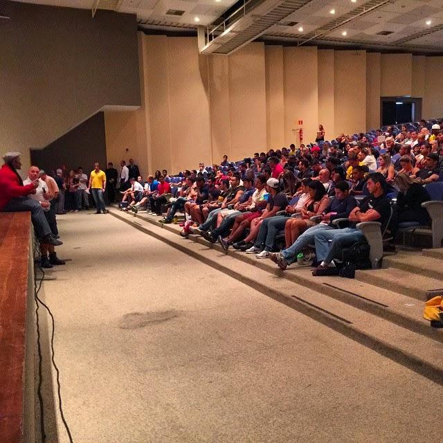 Sentado no palco, Kai Greene conversa com o público. Foto: Reprodução/Instagram