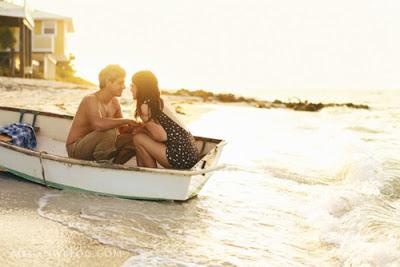 pareja de novios en bote
