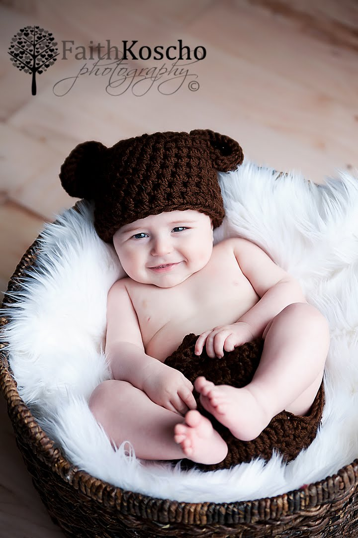 Faith koscho photography inquisitive four month old baby photographer madison oh
