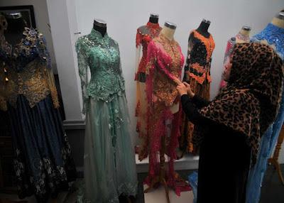 SEWA PAKAIAN : Kebutuhan akan pakaian di hari-hari penting, menjadikan peluang usaha penyewaan busana daerah hingga busana pengantin laris manis diserbu konsumen yang ingin menyewa. HARYADI/PONTIANAKPOST