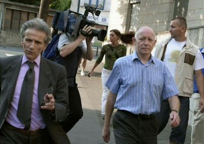 Patrick Henry (center) and his lawyer (left) in August 2002
