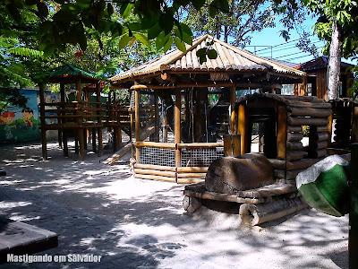 Torre de Pizza: Parque infantil e viveiro de araras no restaurante da Estrada do Coco