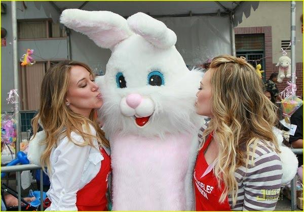 EL CONEJO TE MUESTRA EL CAMINO HACIA SATÁN - Página 5 Hilary-haylie-duff-kissing-easter-bunny
