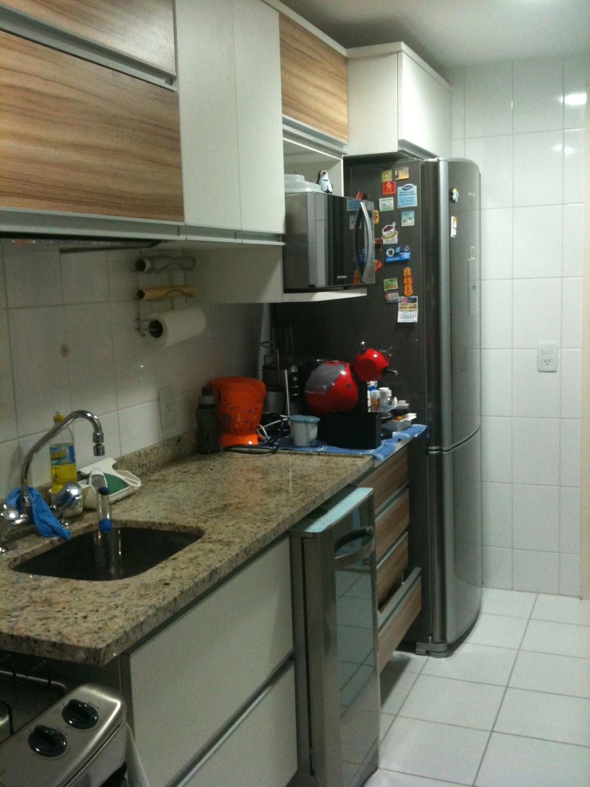 geladeira seguida da pia e fogão. Com espaço para o microondas e a #653F28 1200 1600