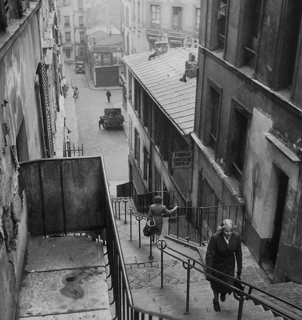 40 Amazing Historical Pictures - Steps to Montmartre, 1947