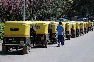 A long queue of auto rickshaws in Mumbai.