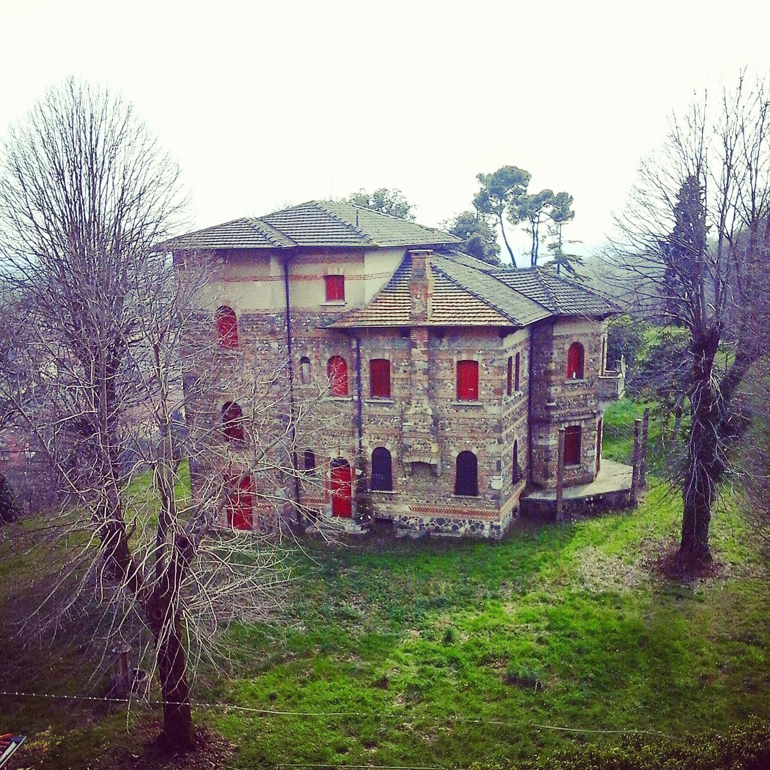 Villa privata che venne costruita nell'area interna del castello Scaligero - Valeggio sul Mincio Foto di Monica Gatti La gatita sotto le due torri blog
