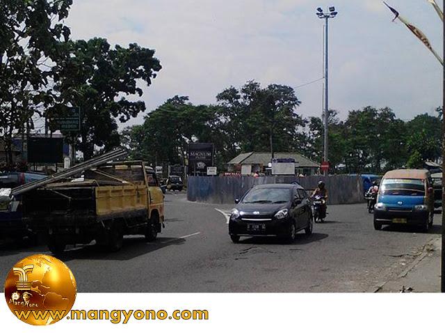 FOTO : Tugu Nanas di Jalancagak di bongkar. Foto jepretan Mantan Flayboy Facebooker Subang (FBS).
