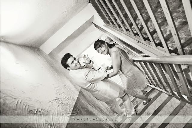 novio y madrina se dirigen a la ceremonia por unas escaleras