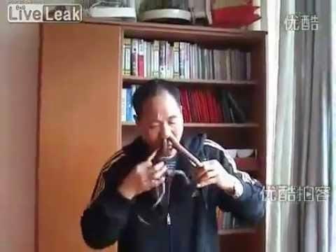 Apistefto-Kinezos-vazei-ta-fidia-apo-thn-myth-tou-kai-ta-vgazei-apo-to-stoma-tou