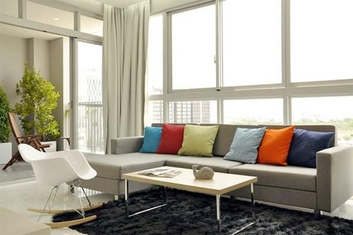 Khu sinh hoạt chung có tầm nhìn rộng mở ra cảnh quan đẹp bên ngoài qua hệ vách và cửa sổ kính lớn.