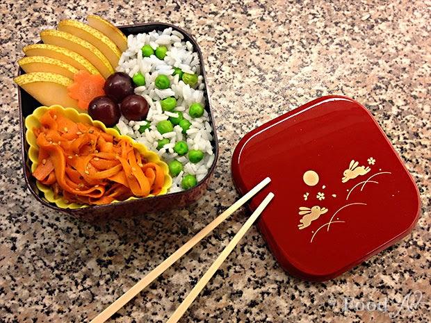 Bento No. 027 - Reis mit Erbsen, Obst und Kinpira - Food Art