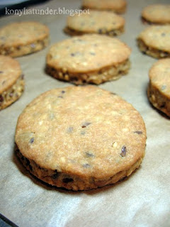 round-salty-biscuit-with-seeds