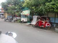 PKL dan Becak yang berada Di tepi Jalan di Solo