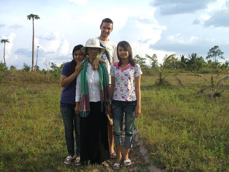 JB, Sophoan et ses filles sur le terrain, avant la construction de la nouvelle école...