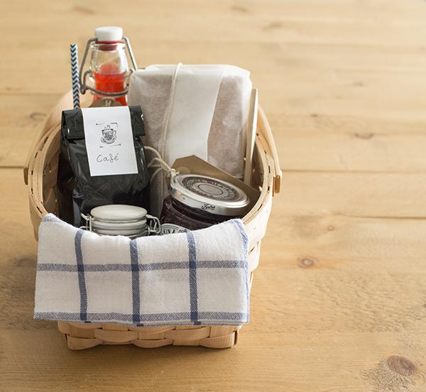 La chica de la casa de caramelo una cesta de desayuno for Cosas originales para regalar