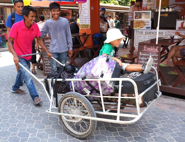 Porteur de valises à Koh Phi Phi