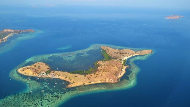 Komodo liegt in der Kette der Kleinen Sundainseln zwischen den größeren Nachbarinseln Sumbawa im Westen und Flores im Osten. Im Süden erstreckt sich die Sumbastraße und die Sawusee mit der Insel Sumba, im Norden die Floressee. Zusammen mit kleineren vorgelagerten Inseln ist Komodo ein Teil des Nationalparks Komodo, zu dem jenseits der Lintah-Meeresstraße die Inseln Padar und Rinca gehören. Bekannt ist der hier beheimatete Komodowaran. Die Gewässer um die Insel sind ein beliebtes Tauchrevier.