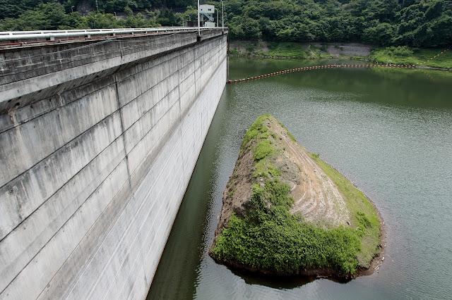 左岸ダム湖
