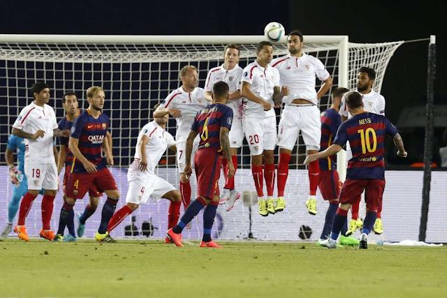 Em linda cobrança de falta, Messi fez o primeiro gol do Barcelona (Foto: Kiko Huesca / EFE)