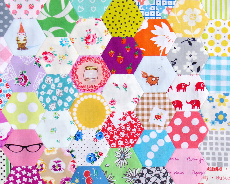 杂乱的六角被子|©Red Pepper Quilts 2019 #scrapquilt #slowsewing #englishpaperpiing
