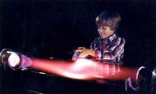 Jugando con un imán aplicado a un tubo de descarga de plasma, en un  simulador de Aurora Boreal. Cortesía de la Resonance Research Corporation