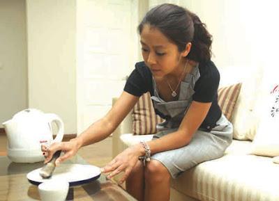 Nguyen Huong Giang menenyeh-nenyeh tanduk badak sumbu pada pinggang seramik.