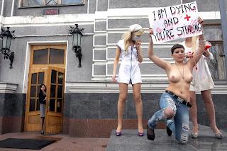 photo картинка фото обнаженная грудь полуголая девушка женщина плакат протест рак лимфоузлов