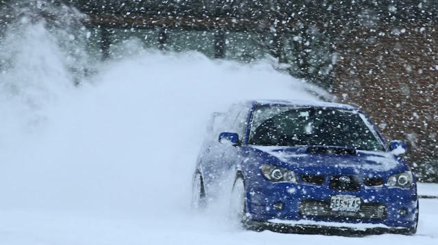 Subaru Impreza WRX GD, szaleństwo na śniegu, upalanie, boxer, napęd na cztery koła, znany samochód, cenione auto, kultowy model, sportowy samochód z japonii, jdm, niebieska, blue