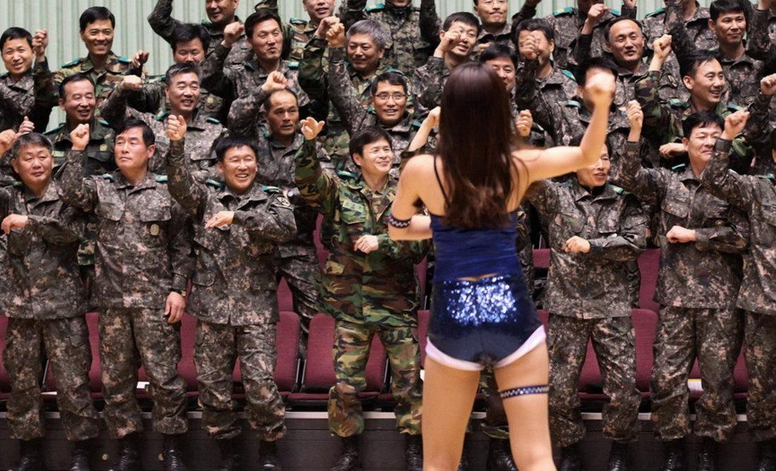 Chica surcoreana bailando delante de los soldados