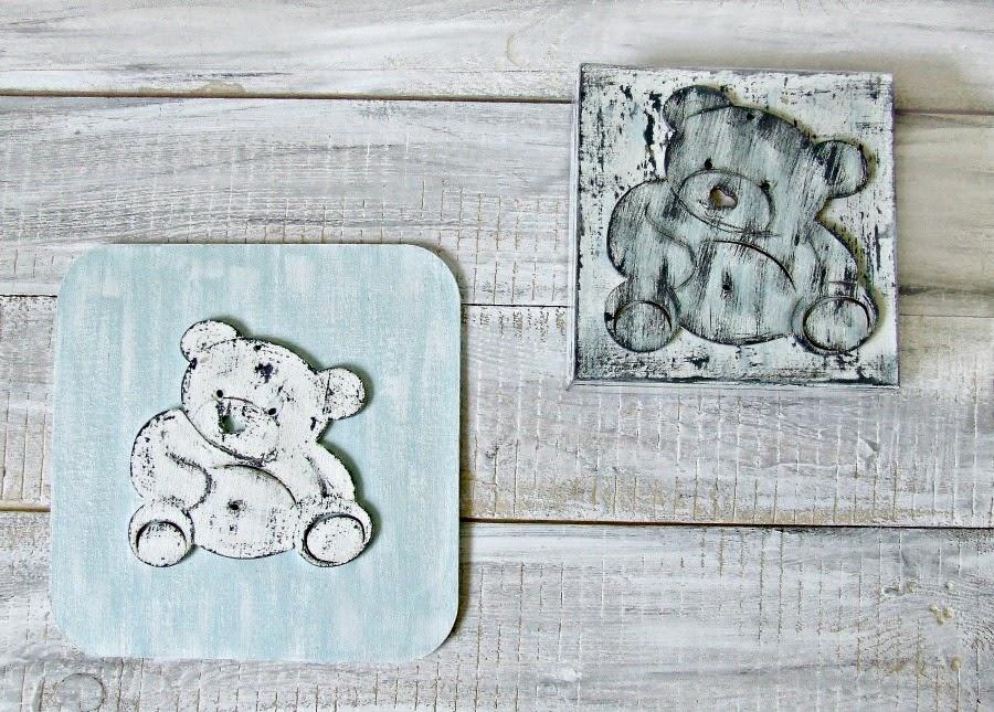 """Obrazek z miśkiem w stylu shabby chic do pokoju dziecięcego. Kolekcja """"Baby Blue""""."""