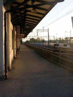 Perrongen vid Höörs järnvägsstation, med stationsskylten. foto: Reb Dutius