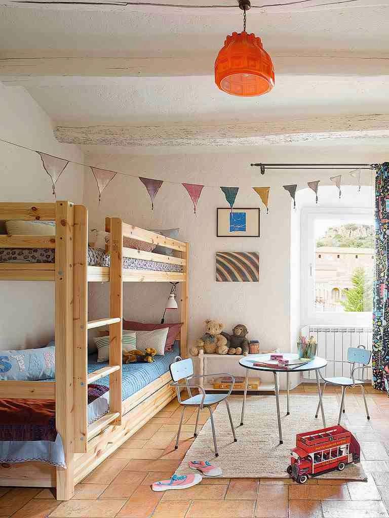 Kolorowy pokój dziecinny, kolorowe proporczyki w pokoju dziecka, drewniane łózko piętrowe dla dziecka