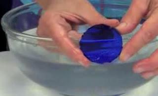 memotong kaca bentuk persegi panjang tak beraturan untuk dipotong menjadi lingkaran