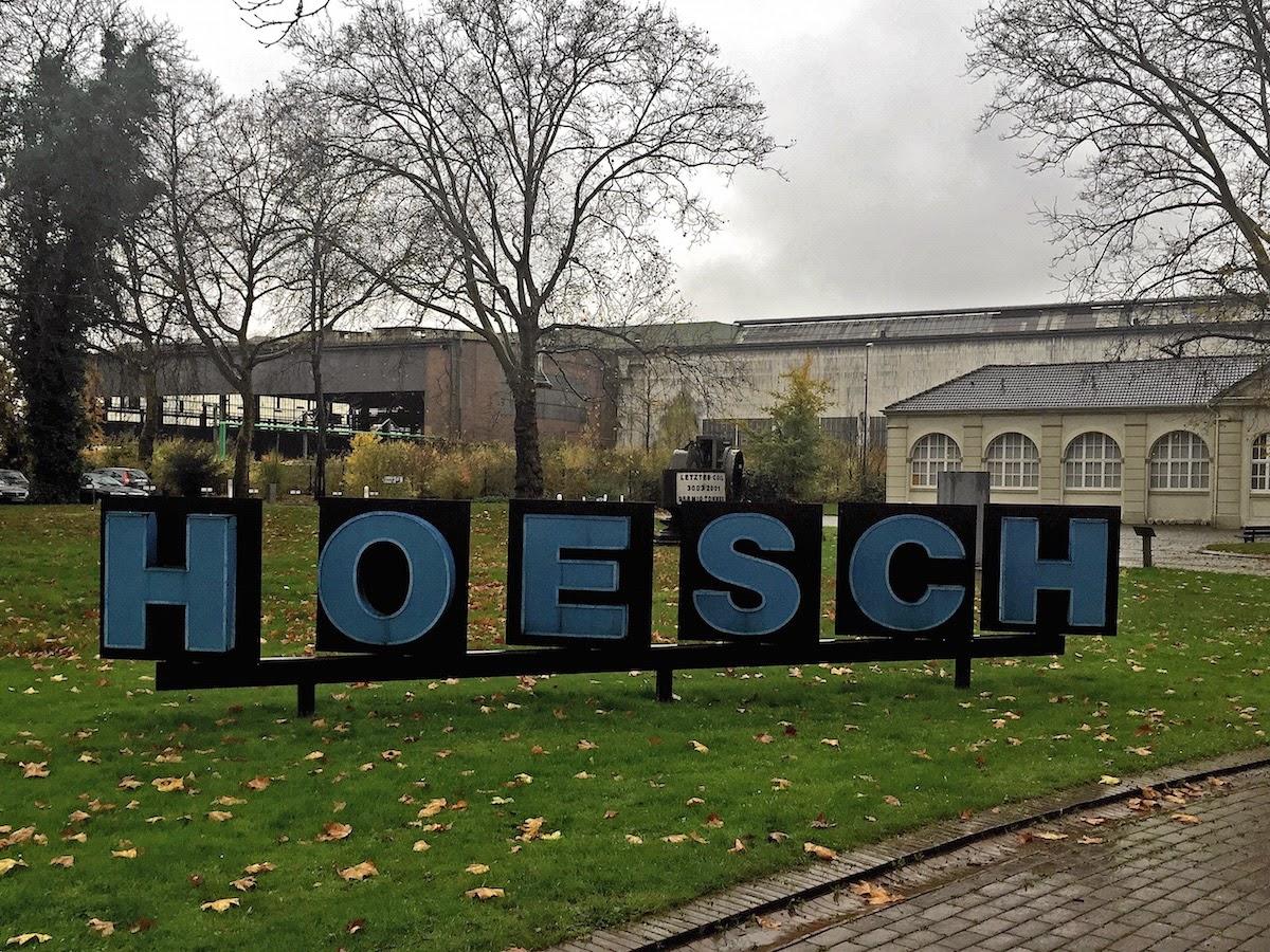 blaue Großbuchstaben; Firmenname Hoesch
