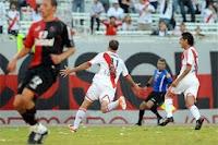 Leandro Caruso festeja su segundo gol en River Plate