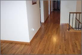 membersihkan lantai kayu